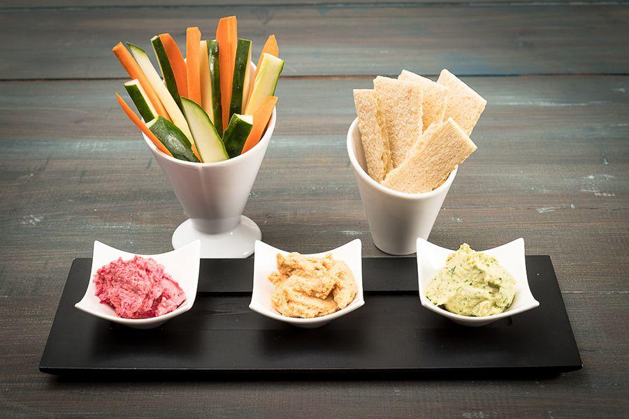 3 versões de húmus com palitos de cenoura/pepino